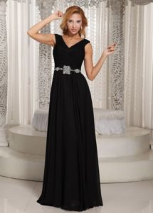 Simple V-neck Black Mother of The Bride Dresses in Worthing Belt Accent